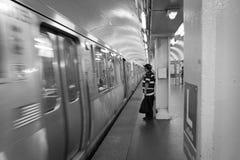 Chicago, IL: los hombres esperan el subterráneo en August19,2015 en Chicago, Illinois Imagenes de archivo