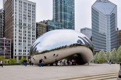 Chicago, IL - 5. Mai 2011 - bewölken Sie Tor Bean Sculpture im Jahrtausend-Park mit Touristen und Ansicht von Chicago-` s Archite Lizenzfreie Stockfotos