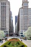 CHICAGO IL - MAJ 5, 2011 - sikten av den Madison St genomskärningen med den Michigan aven, bredvid millenium parkerar, under våre Arkivfoto