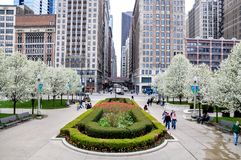CHICAGO, IL - 5 MEI, 2011 - Mening van Madison St-kruising met het Ave van Michigan, naast Millenniumpark, tijdens de lente, met  Royalty-vrije Stock Afbeeldingen
