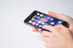 Chicago, IL, U.S.A., Feb-12,2017, fine su di una donna passa la tenuta dello smartphone, indicante ai apps per uso editoriale sol Fotografia Stock