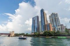 Chicago, IL/USA - circa im Juli 2015: Hochhaus-luxuriöse Wohngebäude in im Stadtzentrum gelegenem Chicago entlang Fluss-Esplanade Stockbild