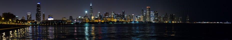 Chicago, IL/USA - circa im Juli 2015: Nachtansicht von Chicago im Stadtzentrum gelegen von Adler-Planetarium, Illinois Lizenzfreie Stockfotos