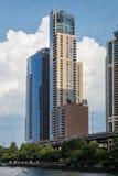 Chicago, IL/USA - circa im Juli 2015: Wohngebäude in im Stadtzentrum gelegenem Chicago entlang Fluss-Esplanade, Illinois Stockbild