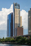 Chicago IL/USA - circa Juli 2015: Bostads- byggnader i i stadens centrum Chicago längs flodpromenaden, Illinois Fotografering för Bildbyråer