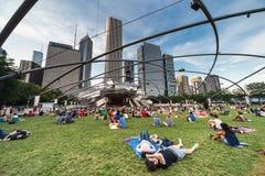 Chicago IL/USA - circa Juli 2015: Folket på Jay Pritzker Pavilion på milleniet parkerar i Chicago, Illinois Arkivbilder