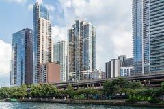 Chicago IL/USA - circa Juli 2015: Lyxiga bostads- byggnader för höghus i i stadens centrum Chicago längs flodpromenaden, Illinois Royaltyfria Bilder