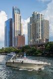 Chicago IL/USA - circa Juli 2015: Lyxiga bostads- byggnader för höghus i i stadens centrum Chicago längs flodpromenaden, Illinois Fotografering för Bildbyråer