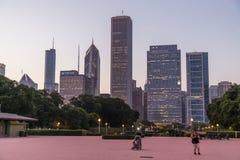 Chicago IL/USA - circa Juli 2015: Sikt av Chicago som är i stadens centrum från Grant Park, Illinois Fotografering för Bildbyråer