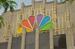 CHICAGO IL, USA - logo för NBC-tornpåfågel Förlägger högkvarter fasaden Arkivfoto