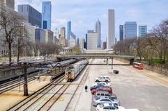 CHICAGO, IL Van Buren St Metr stacja z Chicagowską linią horyzontu w tle - MAJ 5, 2011 - zdjęcie stock