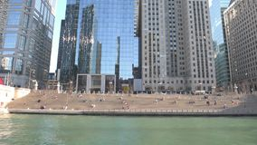 CHICAGO, ILLINOIS - 17. APRIL 2016: Chicago-Geschäftsgebiet, im Stadtzentrum gelegen, Fluss-Brücke stock footage