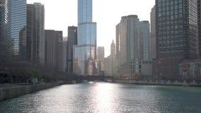 CHICAGO, ILLINOIS - 17. APRIL 2016: Chicago-Geschäftsgebiet, im Stadtzentrum gelegen, Wolkenkratzer Chicago River und riverwalk S stock video footage