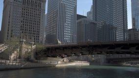CHICAGO, ILLINOIS - 17. APRIL 2016: Chicago-Geschäftsgebiet, im Stadtzentrum gelegen, Wolkenkratzer Chicago River und See-Ufer-An stock footage
