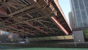 CHICAGO, ILLINOIS - 17. APRIL 2016: Chicago-Geschäftsgebiet, im Stadtzentrum gelegen, Wolkenkratzer Fluss und Columbus Drive Brid stock video footage