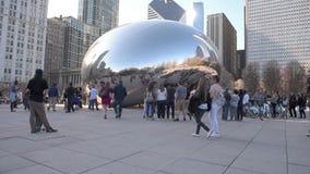 CHICAGO, ILLINOIS - 17. APRIL 2016: Chicago-Park-und -Stadtbild-Jahrtausend-Park Wolke Bean Gate stock video footage