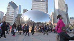 CHICAGO, ILLINOIS - 17. APRIL 2016: Chicago-Park-und -Stadtbild-Jahrtausend-Park Wolke Bean Gate stock video