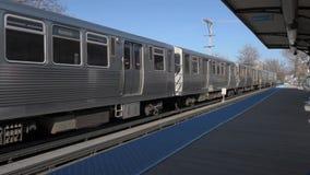 CHICAGO, ILLINOIS - 17. APRIL 2016: Chicago-U-Bahn-Linie Zug nähert sich stock video