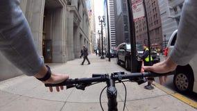 Chicago, Illinois: 17 april, de kerel van 2019 het berijden door de stad op een fiets stock video