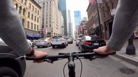 Chicago, Illinois: 17 april, de kerel van 2019 het berijden door de stad op een fiets stock videobeelden