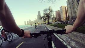 Chicago, Illinois: 17 april, de mening van 2019 van een kerel die door de stad op een fiets berijden stock video