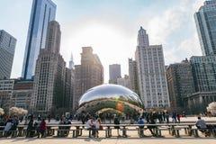 Chicago, Illinois: 17 april, de video van 2019 van toeristen en plaatselijke bewoners die de boon bezoeken stock footage