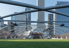 CHICAGO, ILLINOIS - 17 APRILE 2016: Parco di Chicago e parco di millennio di paesaggio urbano Grant Park Music Festival Stage Immagini Stock Libere da Diritti