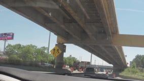 CHICAGO, ILLINOIS - CERCA DO AGOSTO DE 2015: Conduzindo o carro no tráfego em ruas de Chicago do centro, Illinois, EUA video estoque
