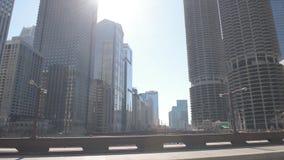 CHICAGO, ILLINOIS - 17 DE ABRIL DE 2016: Distrito financiero de Chicago, céntrico, rascacielos Río y Columbus Drive Bridge metrajes