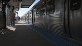 CHICAGO, ILLINOIS - 17 DE ABRIL DE 2016: Línea del metro de Chicago El tren se está acercando almacen de video