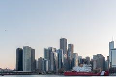 CHICAGO, ILLINOIS - 17 DE ABRIL DE 2016: Paisaje urbano de Chicago con el rascacielos y U S Guardacostas Ship Imagen de archivo
