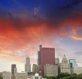 Chicago Illinois. Den underbara skyen färgar över stadsskyskrapor Fotografering för Bildbyråer