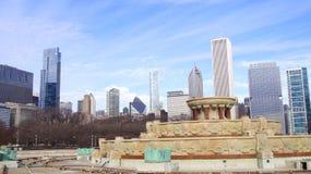 CHICAGO, ILLINOIS, ESTADOS UNIDOS - 12 de diciembre de 2015: Fuente de Buckingham en el horizonte céntrico de Grant Park y de Chi fotos de archivo libres de regalías