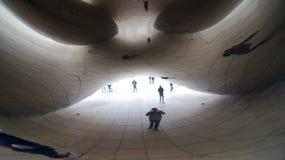 CHICAGO, ILLINOIS, ESTADOS UNIDOS - 12 de diciembre de 2015: Visión de debajo la escultura de acero inoxidable de Anish Kapoor de imágenes de archivo libres de regalías