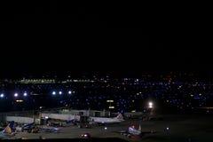 CHICAGO, ILLINOIS, ESTADOS UNIDOS - 11 de maio de 2018: Diversos aviões na porta aeroporto internacional da lebre de Chicago em O imagem de stock