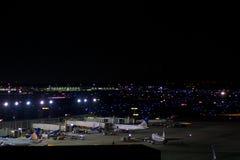 CHICAGO, ILLINOIS, ESTADOS UNIDOS - 11 de maio de 2018: Diversos aviões na porta aeroporto internacional da lebre de Chicago em O foto de stock royalty free