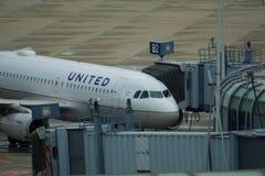 CHICAGO, ILLINOIS, ESTADOS UNIDOS - 11 de maio de 2018: Um avião de United Airlines na porta da ponte do jato para a partida de fotografia de stock