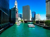 Chicago, Illinois, EUA 07 06 2018 Construção de Wrigley com grande semana da bandeira americana o 4 de julho no watefront do rio fotos de stock royalty free