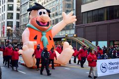 Chicago, Illinois, EUA: novembro 23,2017: Fred Flintstone na parada 2017 da ação de graças Imagem de Stock