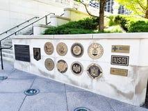 Chicago, Illinois, EUA 07 06 2018 O memorial dos veteranos de Vietname assina na parede de pedra waterfront verão Luz do dia Fim  imagem de stock royalty free