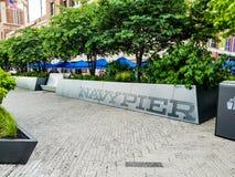 Chicago, Illinois, EUA 07 06 2018 Sinal do cais da marinha perto das árvores verdes verão Luz do dia fotos de stock royalty free