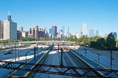 Chicago Illinois: horisont som ses från järnvägspår på September 22, 2014 Arkivfoto