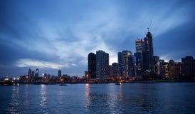 Chicago, Illinois im Stadtzentrum gelegen an den Dämmerungs-Skylinen stockfotos