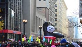 Chicago Illinois, Kung Fu panda w Mcdonald dziękczynienia paradzie, - Zdjęcia Stock