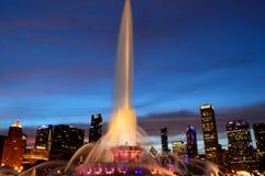 Chicago, Illinois - los E.E.U.U. - 2 de julio de 2016: Chicago en la puesta del sol con la fuente de Buckingham foto de archivo