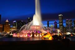 Chicago, Illinois - los E.E.U.U. - 2 de julio de 2016: Fuente de Buckingham y horizonte de Chicago en la noche imagen de archivo