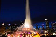Chicago, Illinois - los E.E.U.U. - 2 de julio de 2016: Panorama del horizonte de Chicago con los rascacielos y la fuente de Bucki fotos de archivo libres de regalías