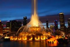 Chicago, Illinois - los E.E.U.U. - 2 de julio de 2016: Vista nocturna de la fuente de Buckingham fotos de archivo libres de regalías