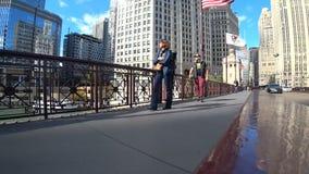 Chicago, Illinois los E.E.U.U. - 18 de octubre de 2018: La gente camina en el puente de Chicago almacen de video