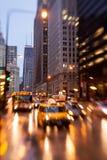 Chicago Illinois rusningstid i regnet Arkivbilder